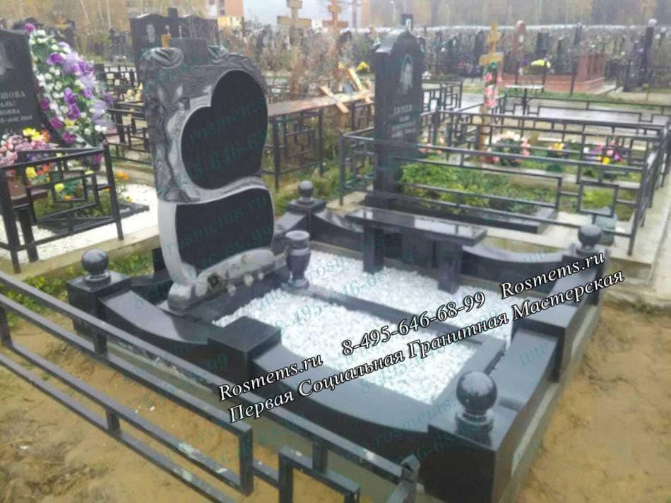 Мемориальный комплекс из двух видов гранитов Перово скульптура правосудия как надгробие фото